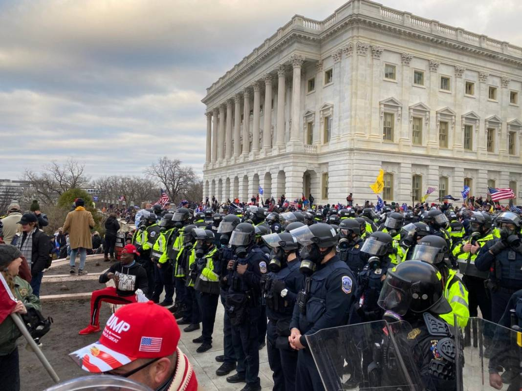 Trump ateşi! Kongre'yi bastılar, polisle çatıştılar 33