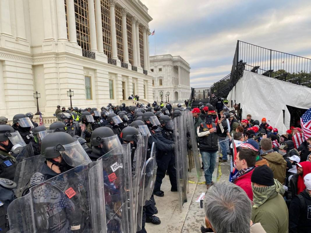 Trump ateşi! Kongre'yi bastılar, polisle çatıştılar 34