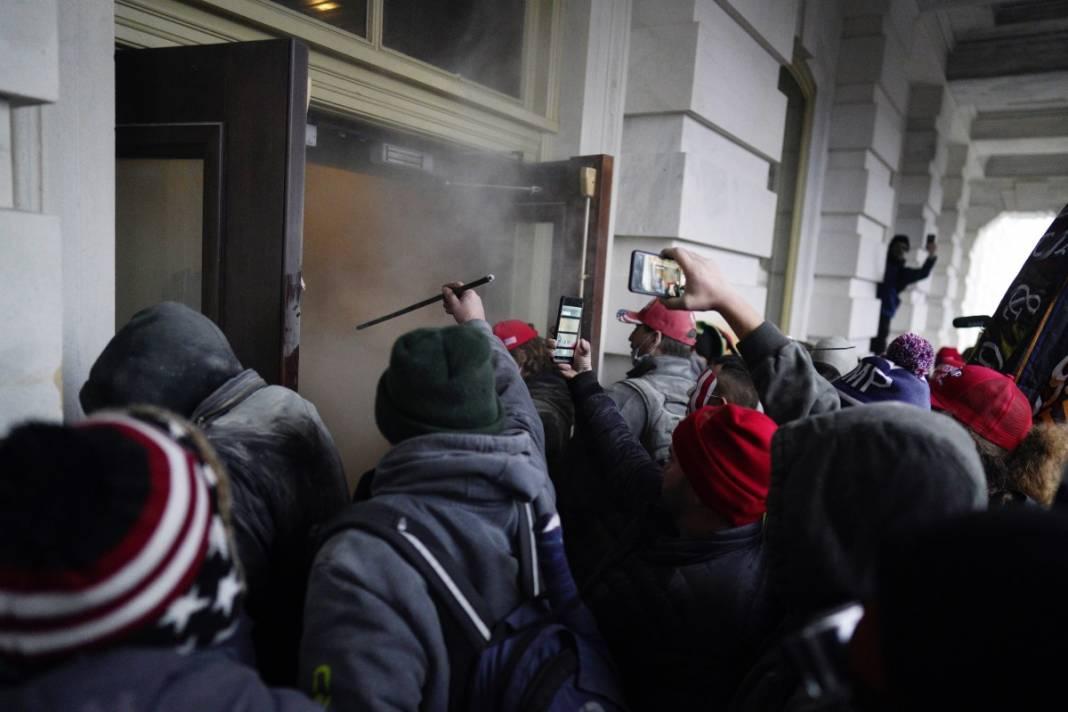 Trump ateşi! Kongre'yi bastılar, polisle çatıştılar 51