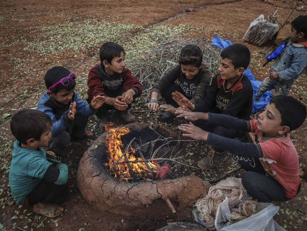 İdlib'de yüz binlerce sivil ısınmak isterken sağlığından oluyor 13
