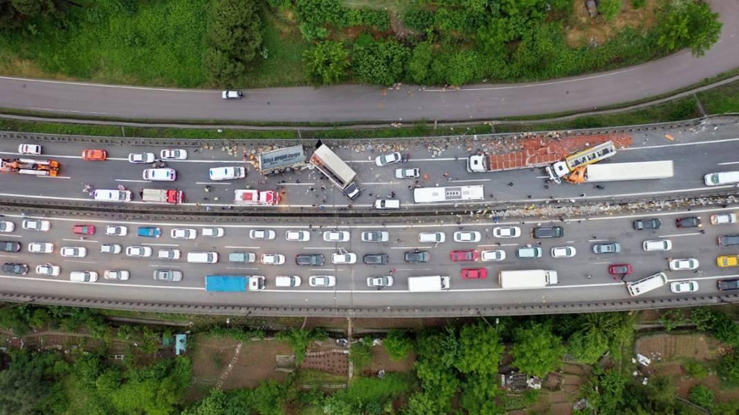 TEM'de zincirleme kaza: 20 araç birbirine girdi 1