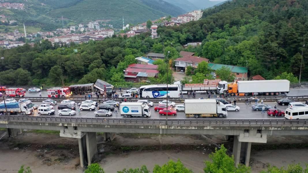 TEM'de zincirleme kaza: 20 araç birbirine girdi 5