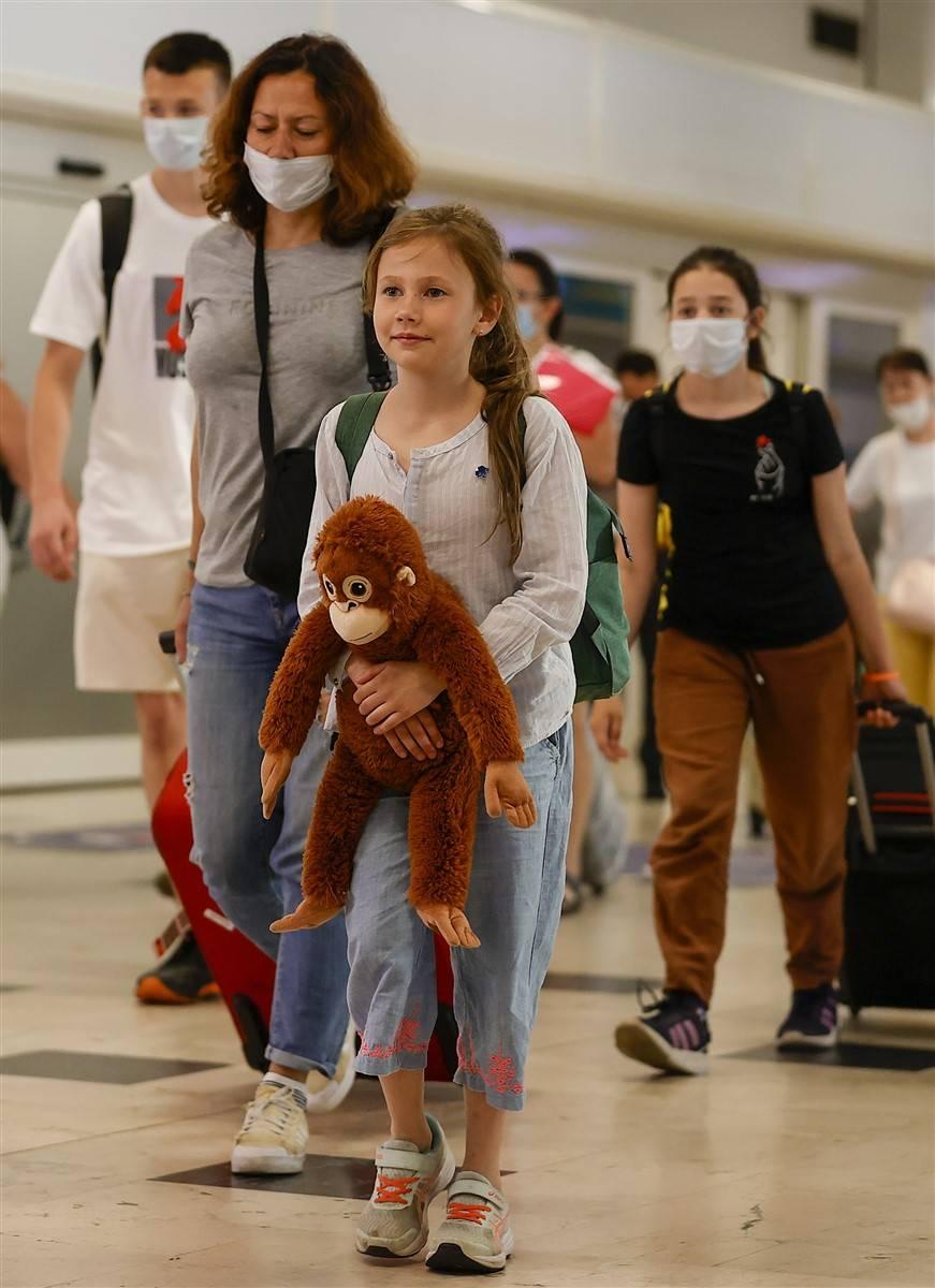 Rus turistler Antalya'da! Bugün 44 uçakla 12 bin kişi gelecek 8