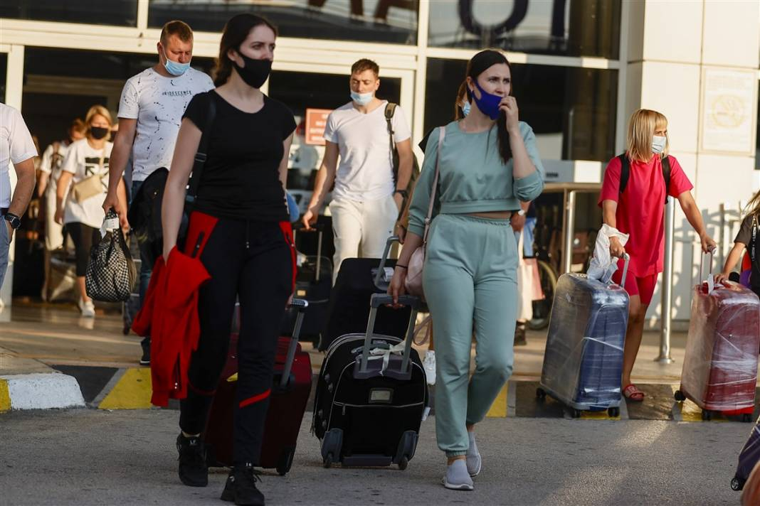 Rus turistler Antalya'da! Bugün 44 uçakla 12 bin kişi gelecek 10