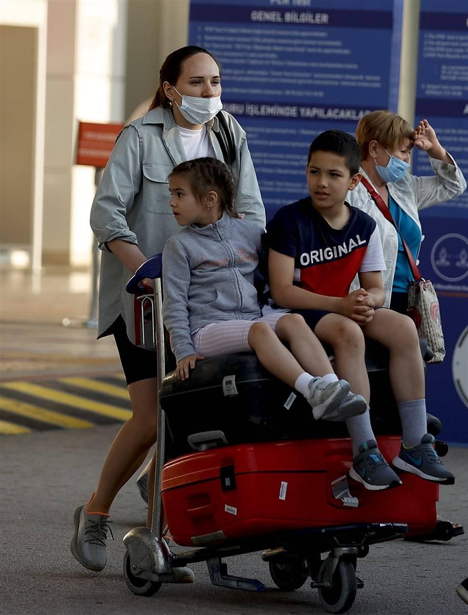 Rus turistler Antalya'da! Bugün 44 uçakla 12 bin kişi gelecek 14