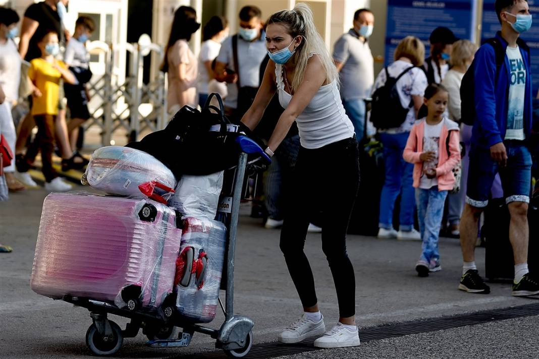 Rus turistler Antalya'da! Bugün 44 uçakla 12 bin kişi gelecek 15