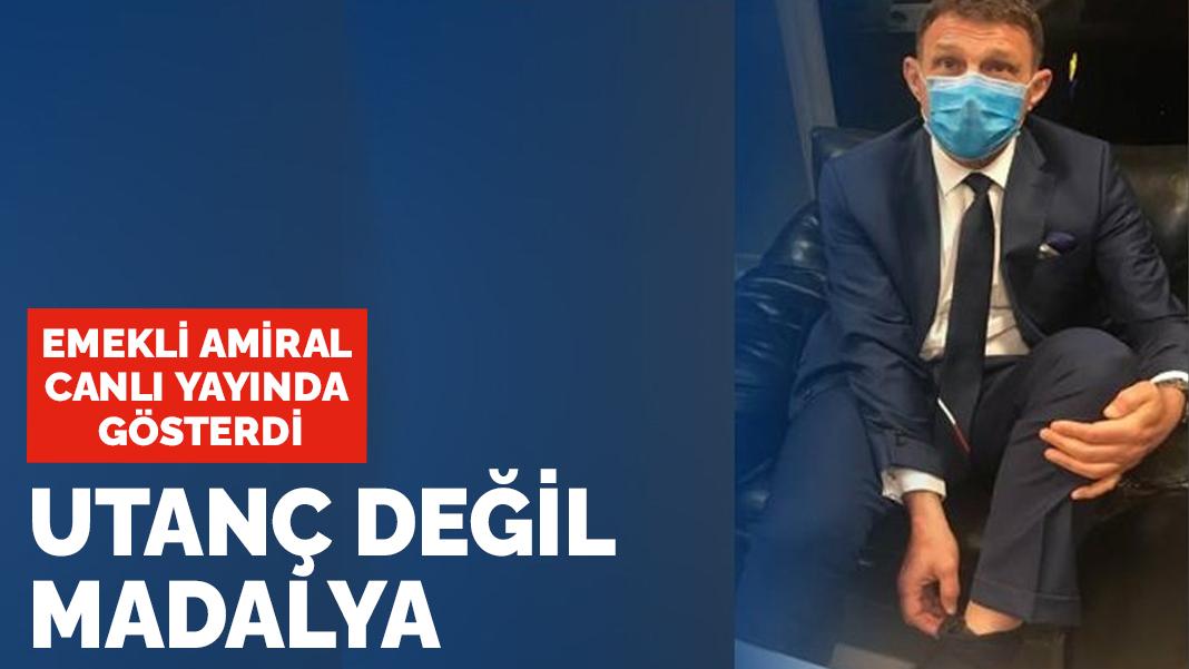 Ο υποψήφιος ναύαρχος Türker Ertürk έδειξε τον ηλεκτρονικό του σφιγκτήρα στη ζωντανή μετάδοση λέγοντας «Όχι ντροπή, αλλά μετάλλιο»