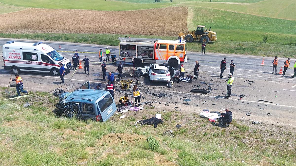 Son dakika! Sivas'ta katliam gibi kaza: 9 kişi hayatını kaybetti